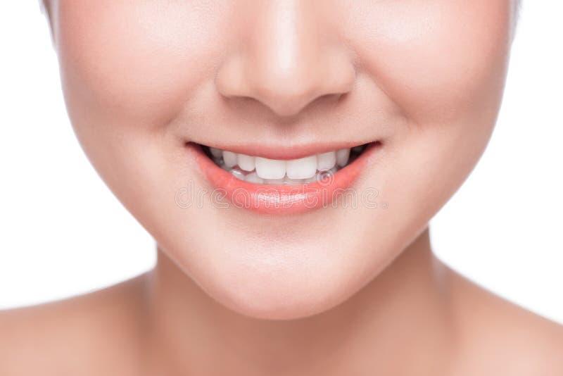 Fermez-vous du sourire de la jeune femme asiatique avec le grand blanc sain photos stock