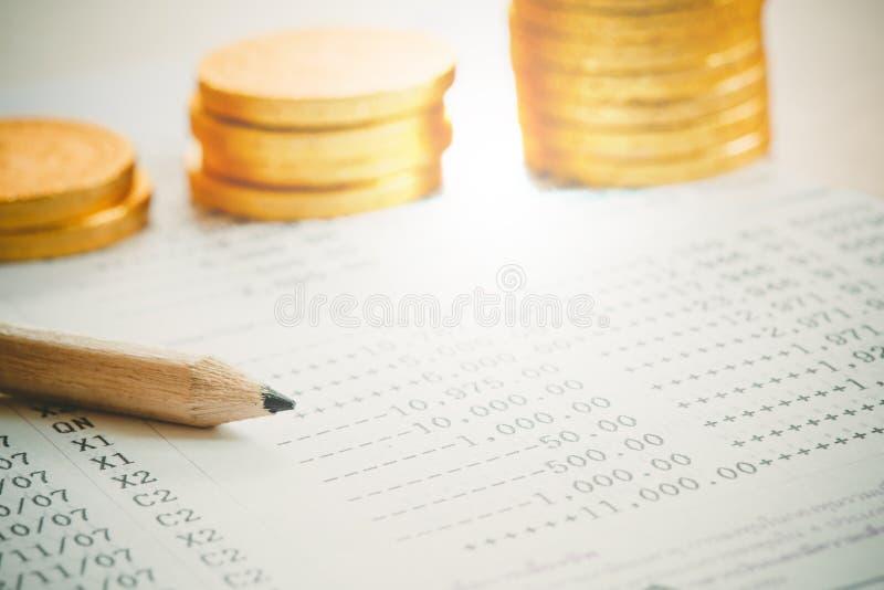 Fermez-vous du stylo avec des pièces de monnaie pour le concept d'argent de prêt photographie stock libre de droits