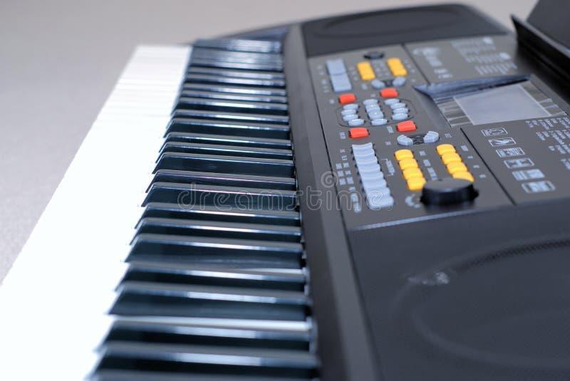 Fermez-vous du synthétiseur électronique de clavier photographie stock libre de droits