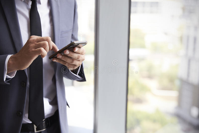 Fermez-vous du téléphone portable de Checking Messages On d'homme d'affaires images stock