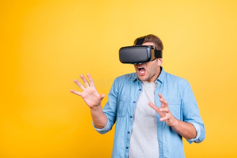Fermez-vous du type impressionné et effrayé dans le port de chemise de jeans virtuel image libre de droits