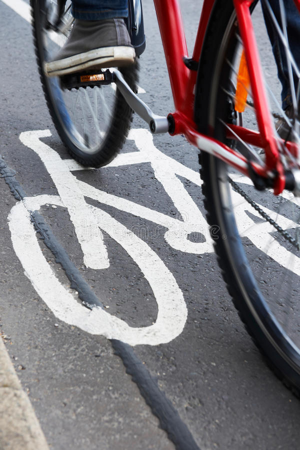 Fermez-vous du vélo d'équitation de l'homme dans la ruelle de cycle photo stock