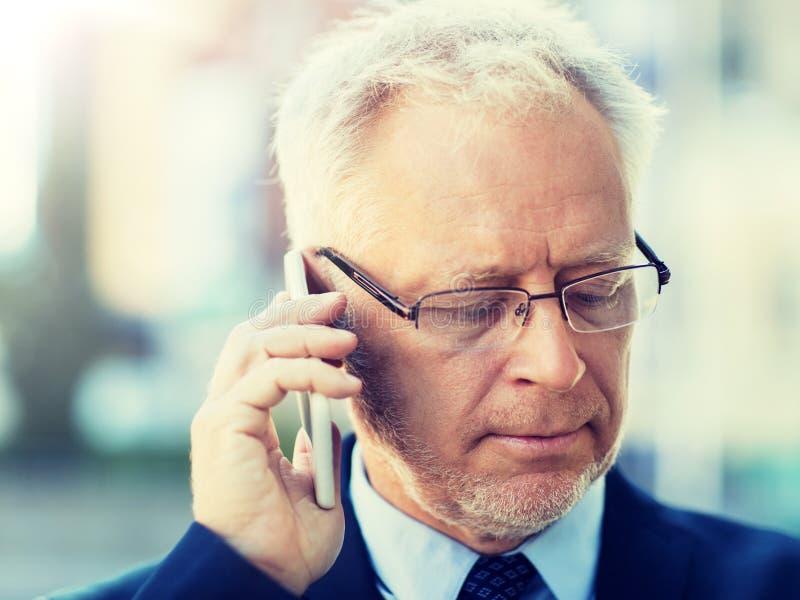 Fermez-vous du vieil homme d'affaires invitant le smartphone image stock