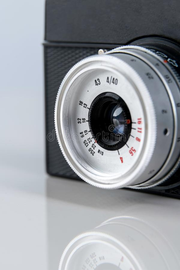 Fermez-vous du vieil objectif de caméra de film de télémètre sur le fond blanc image stock