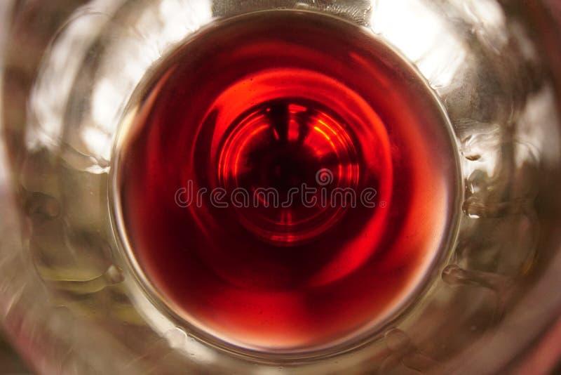 Fermez-vous du vin rouge en verre de haut en bas images libres de droits