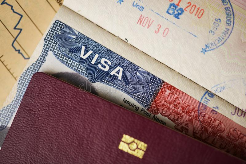 Fermez-vous du visa américain sur le passeport, document officiel obligatoire pour des touristes sur les Etats-Unis photo libre de droits