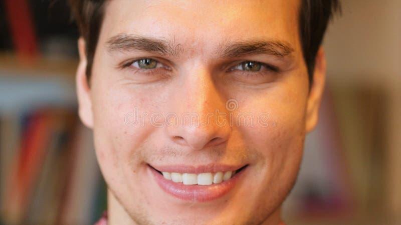 Fermez-vous du visage de sourire de l'homme images stock