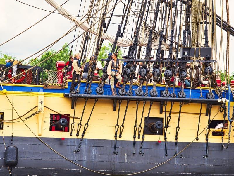 Fermez-vous du voilier de Hermione avec le drapeau français sur la Seine arrivant juste pour l'armada 2019 en France image libre de droits