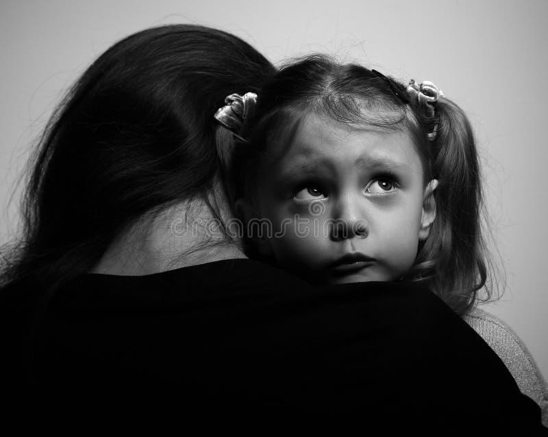 Fermez-vous entre la mère de soutien affectueuse et la fille triste photos stock