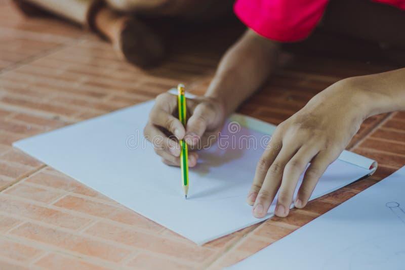 Fermez-vous jusqu'aux mains du dessin de pratique en matière d'étudiant photo stock