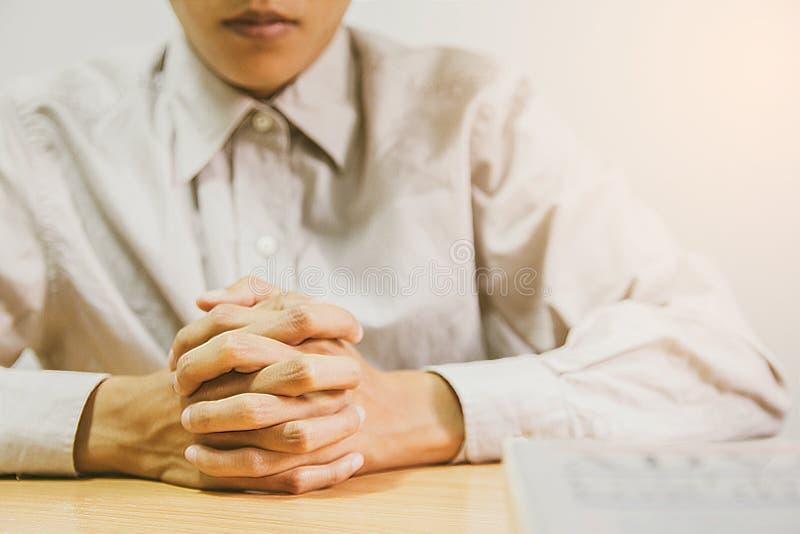 Fermez-vous, les mains ?tendues par pasteur sur le livre noir de la bible, bouddhiste, catholique, chr?tien, pri?re, et priez pou photographie stock libre de droits