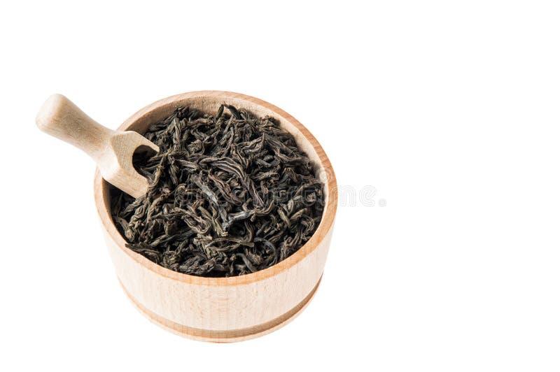 Fermez-vous, macro Cuvette avec le thé noir sec grande par feuille D'isolement sur le fond blanc Copiez l'espace photos libres de droits