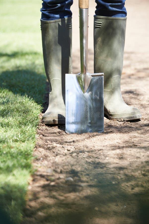 Fermez-vous pelouse de Laying Turf For de jardinier de paysage de la nouvelle photos stock