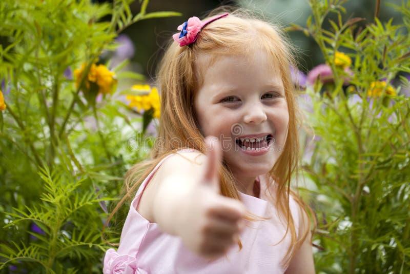 Fermez-vous, portrait de petite fille dirigée rouge images libres de droits