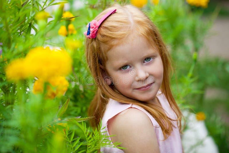 Fermez-vous, portrait de petite fille dirigée rouge photos stock