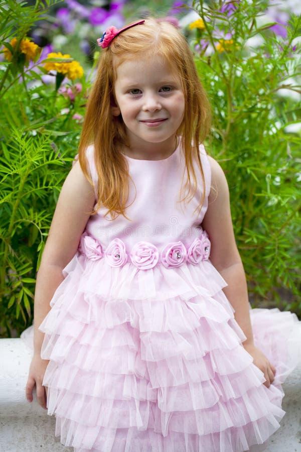 Fermez-vous, portrait de petite fille dirigée rouge image libre de droits