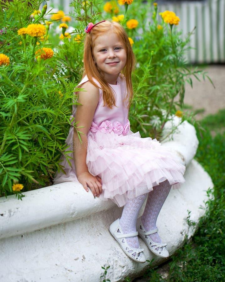 Fermez-vous, portrait de petite fille dirigée rouge photographie stock libre de droits