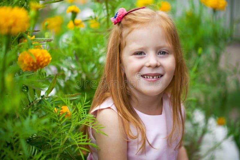 Fermez-vous, portrait de petite fille dirigée rouge photo stock