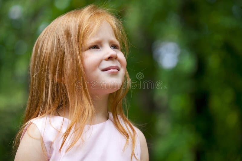 Fermez-vous, portrait de peu de fille de roux photographie stock