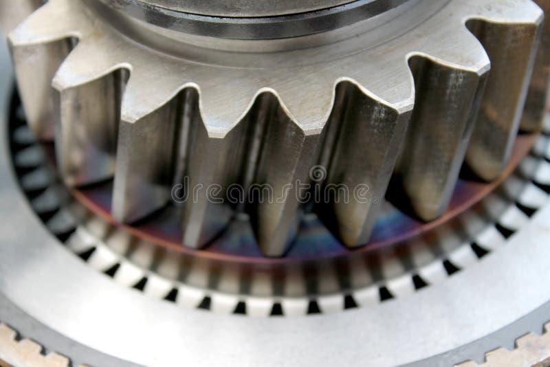 Fermez-vous pour les pièces en acier de dent du moteur image stock