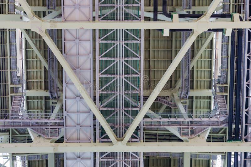 Fermez-vous, sous la construction de pont en acier images stock
