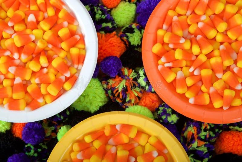 Fermez-vous sur des bonbons au maïs des plats jaunes, oranges et blancs image libre de droits
