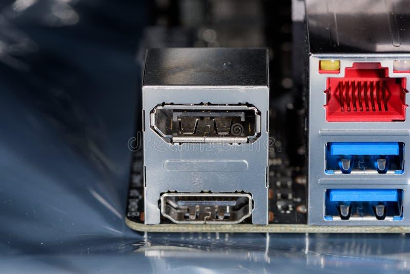 Fermez-vous sur DisplayPort/HDMI-Tower sur un mainboard moderne d'ordinateur photographie stock libre de droits