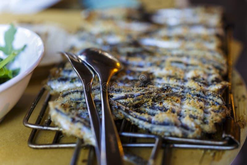 fermez-vous sur griller des sardines photos libres de droits