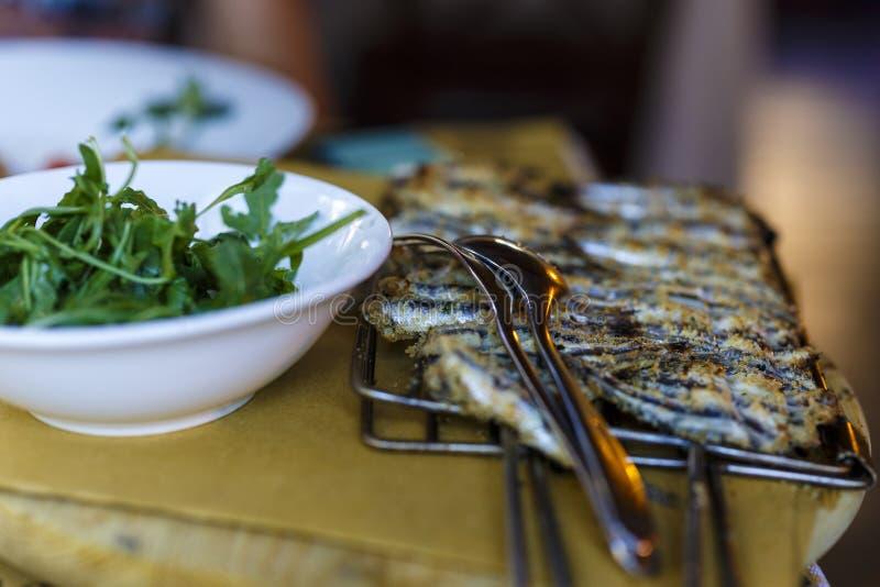 fermez-vous sur griller des sardines image stock