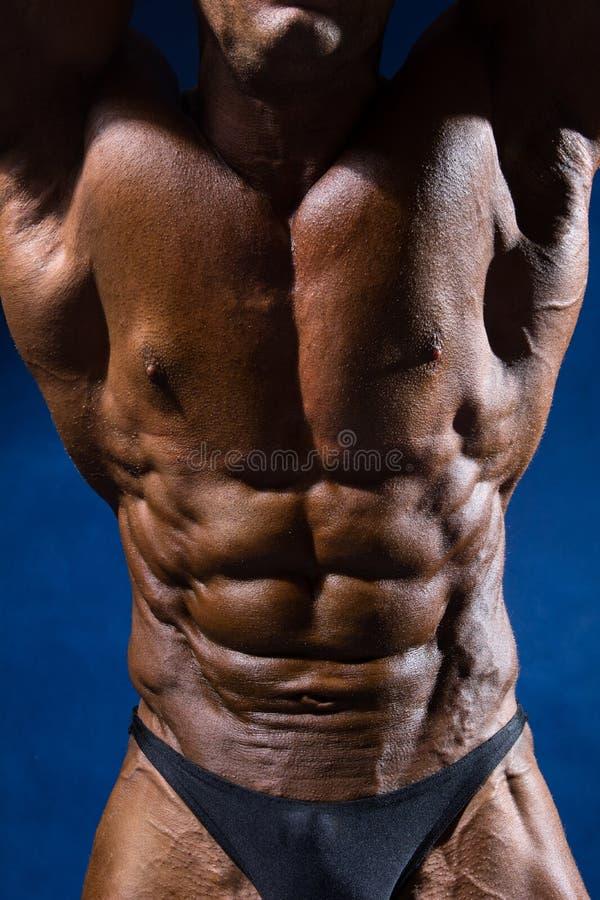 Fermez-vous sur l'ABS parfait Bodybuilder fort avec six paquets image libre de droits