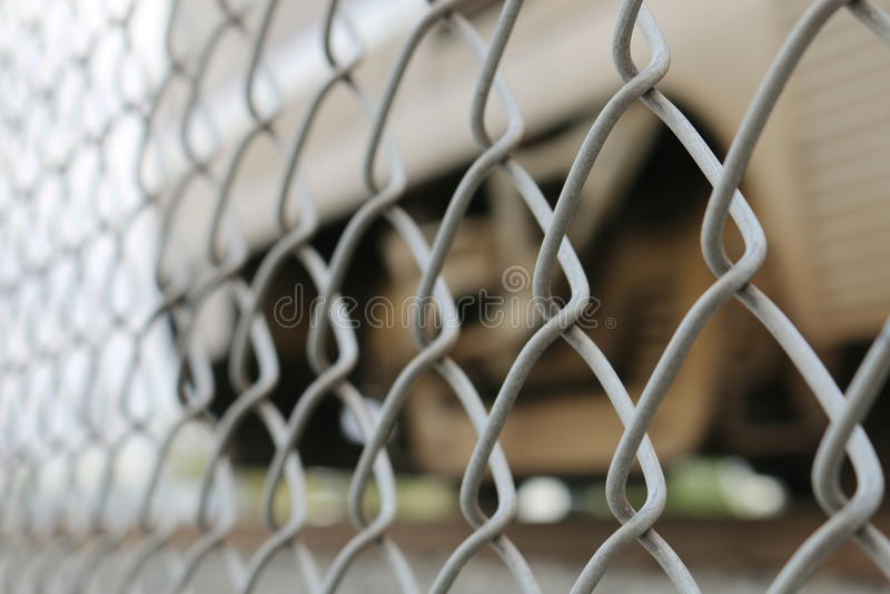 Fermez-vous sur la barrière de maillon de chaîne - à angles photo stock