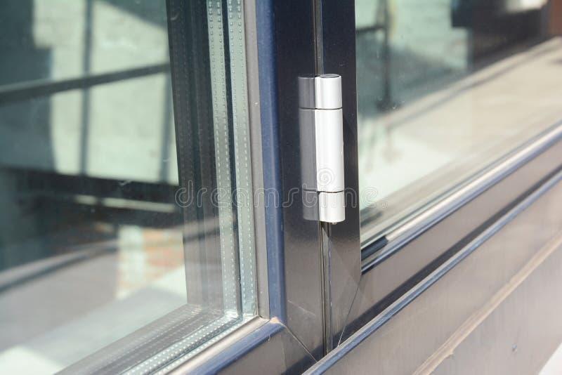 Fermez-vous sur la charnière de porte en verre conservatrice de porte image libre de droits