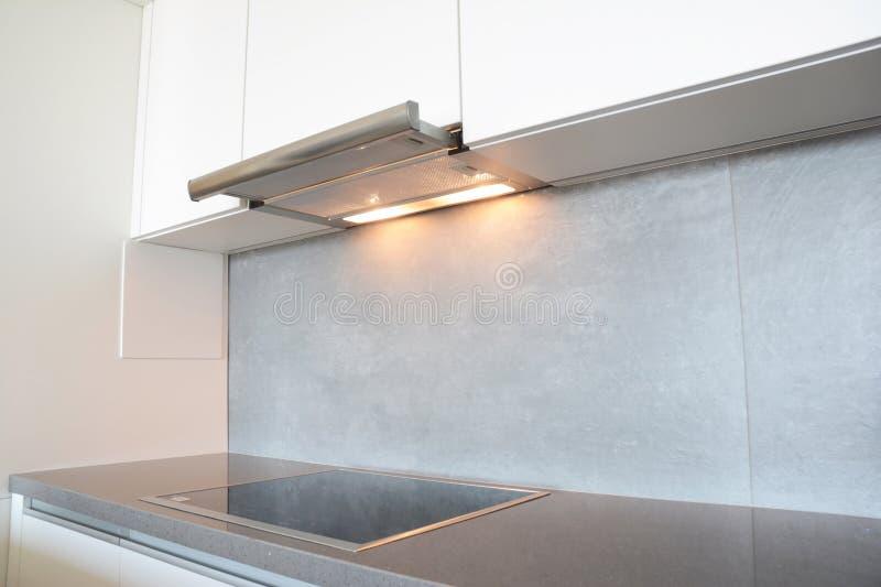 Fermez-vous sur la fan de cuisine de ventilateur d'air ou le capot moderne de gamme Capot de cheminée d'acier inoxydable Capots d photo stock