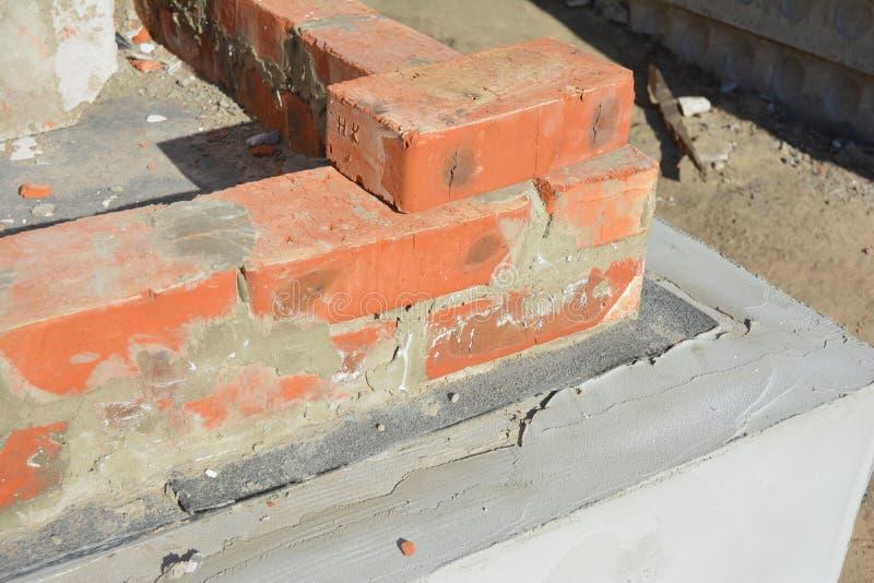 Fermez-vous sur la membrane de bitume pour l'imperméabilisation de mur de base de maison images libres de droits