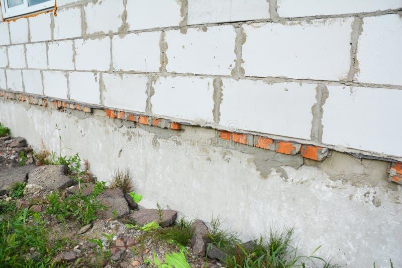Fermez-vous sur la nouvelle imperméabilisation de mur de base de construction de maison de bâtiment Le mur correctement isolé de  photo stock