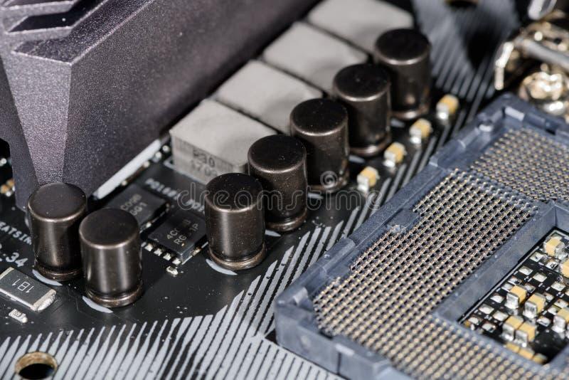 Fermez-vous sur la prise d'unité centrale de traitement, foyer sur les condensateurs environnants image stock