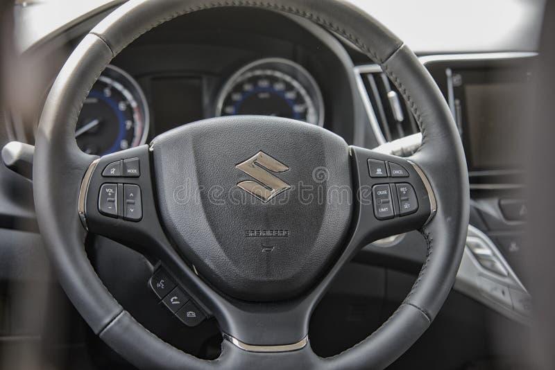 Fermez-vous sur la roue sterring de Suzuki Baleno image libre de droits