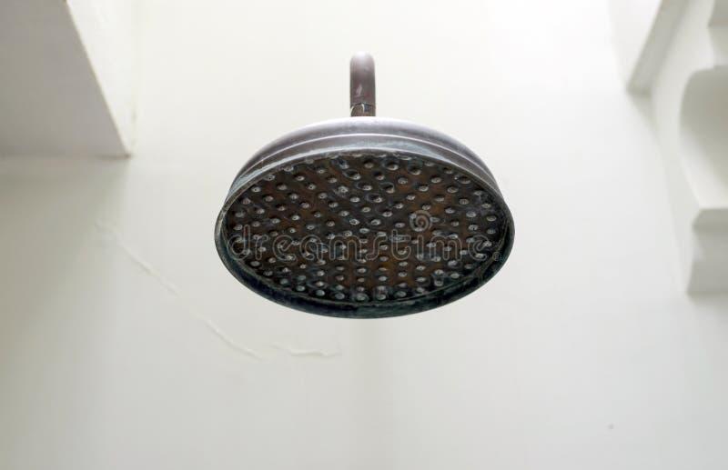 Fermez-vous sur la tête de la douche de pluie antique extérieure image stock