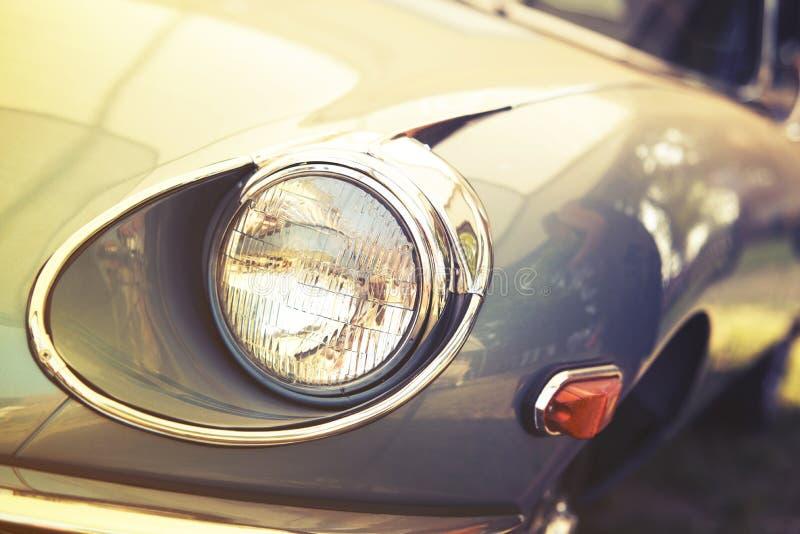 Fermez-vous sur la vieille voiture de vintage, lumière avant de sport images libres de droits