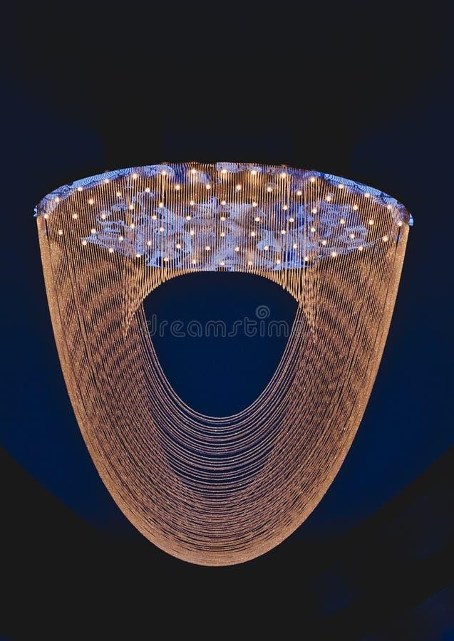 Fermez-vous sur le cristal du lustre contemporain image stock
