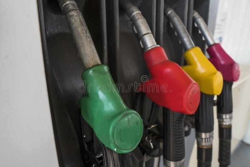 Fermez-vous sur le gicleur d'essence sale dans le distributeur d'huile avec l'essence et le diesel dans la station service de ser photographie stock