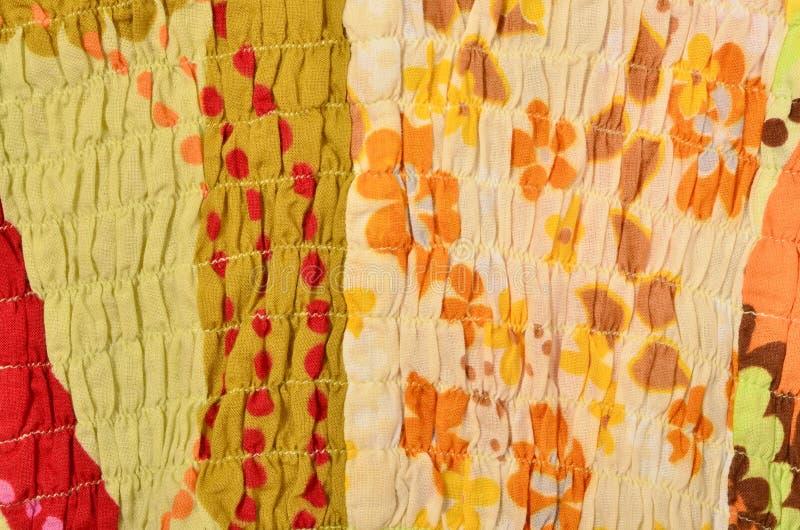 Fermez-vous sur le tissu coloré chiffonné avec l'élastique illustration libre de droits