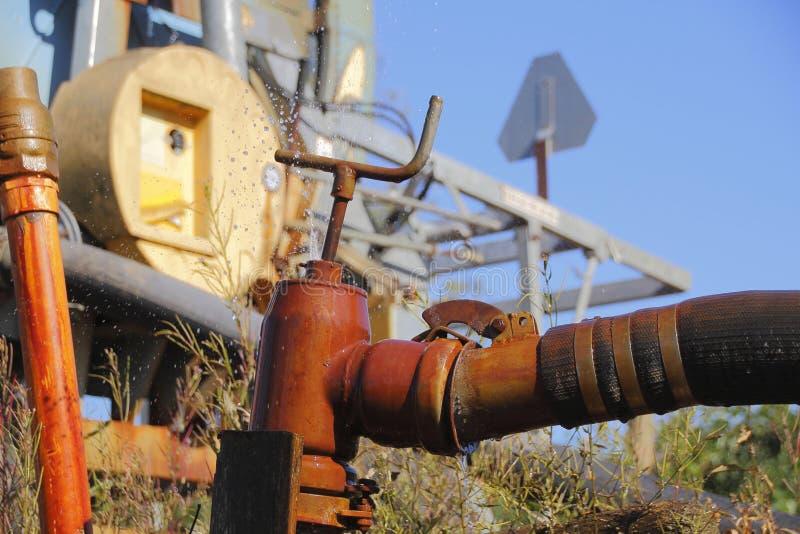 Fermez-vous sur le tuyau d'irrigation photos libres de droits
