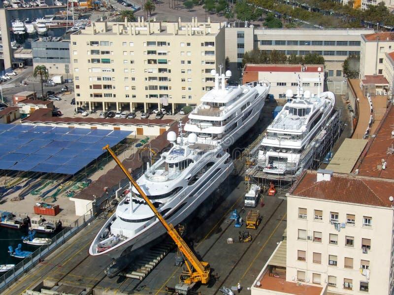 Fermez-vous sur les yachts méga construits dans le chantier naval dans la ville de Barcelone en Espagne photo stock