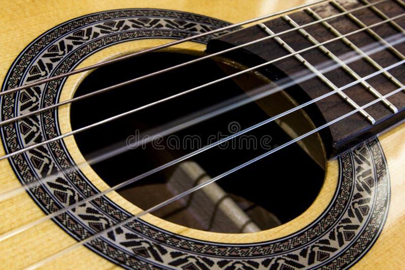 Fermez-vous sur une ficelle vibrante d'une guitare photo libre de droits