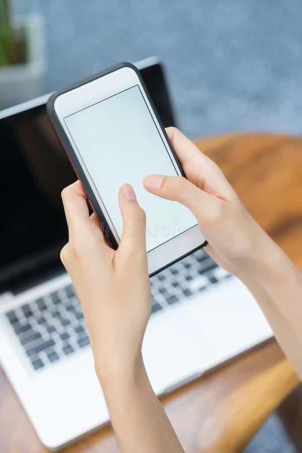 Fermez-vous, téléphone portable d'utilisation de femme de mains photo stock