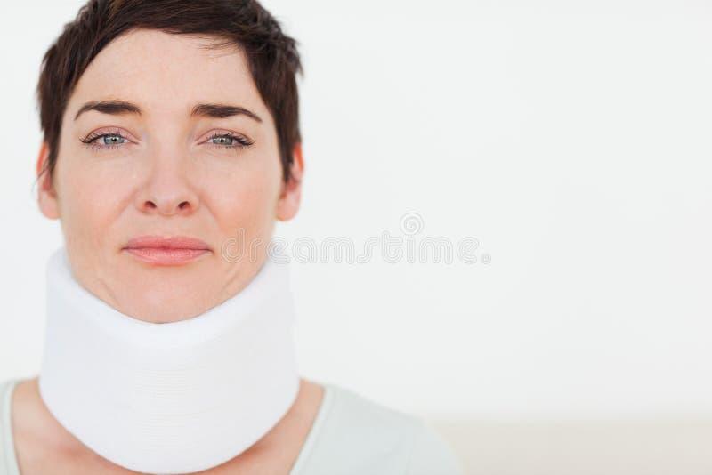 Fermez-vous vers le haut d'un femme triste avec un collet chirurgical photos libres de droits