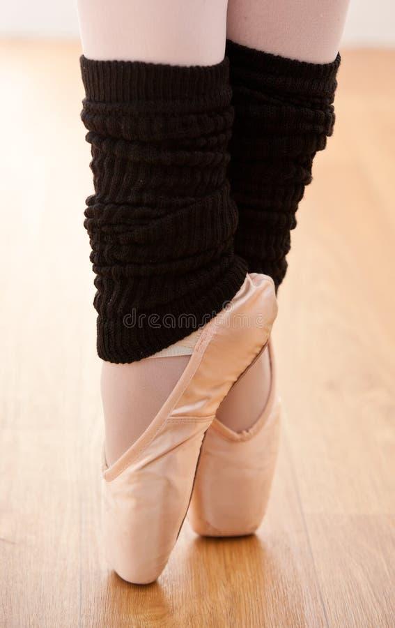 Fermez-vous vers le haut d'une danse de danseur de ballet sur des points photos libres de droits
