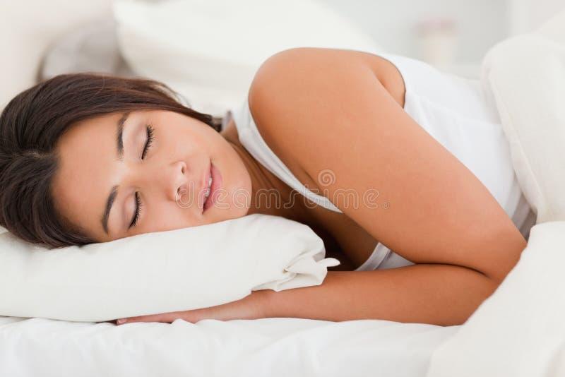 Fermez-vous vers le haut d'une femme magnifique de sommeil photo libre de droits