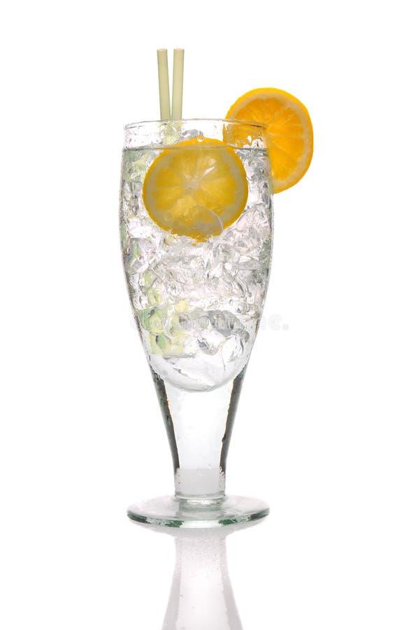 Fermez-vous vers le haut d'une glace de l'eau de seltz, glace, citron photo libre de droits